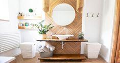 Bagni piccoli: 15 soluzioni per una ristrutturazione moderna! Ispiratevi Live Edge Shelves, Bidet, White Sink, Wood Counter, Round Mirrors, Bathroom Styling, Bathroom Interior, Decoration, Boho Fashion
