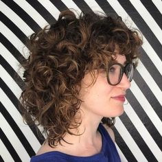 60 Styles and Cuts for Naturally Curly Hair Mid-Length Layered Hairstyle with Large Curls Soft, shiny, silky and well-groomed hair is our dream. Mid Length Curly Hairstyles, Long Bob Haircuts, Haircuts For Curly Hair, Curly Hair Cuts, Short Curly Hair, Curly Hair Styles, Layered Hairstyle, Haircut Bob, Scarf Hairstyles