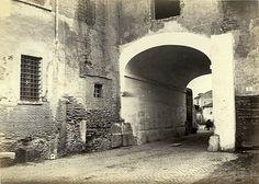 Via Marmorata, dopo l'arco detto di Porta Leone, iniziava via della Salara che arrivava a piazza Bocca della Vertà Anno: 1865 ca.