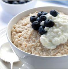 Una deliciosa y nutritiva opción para el desayuno un plato de avena con moras y un poco de yogurt griego o queso cottage