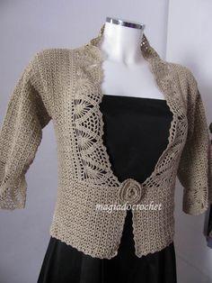 Casaco em crochet em bege dourado para senhora. O mesmo modelo para usar em duas versões: com fita castanha a fechar, ou utilizando uma fl...