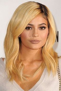 It's 2019 I think everyone knows Kylie Jenner , Yeah the self made billionaire , businesswomen and model . Kylie is from Kardashian's family and the founder and owner of cosmetic company Kylie Cosmetics. She is mostly known by American media personality . Kylie Jenner Mode, Kylie Jenner Hair, Jenner Makeup, Kylie Hair, Auburn Balayage, Balayage Hair, Ombre Hair, Color Del Pelo, Blonde Wig