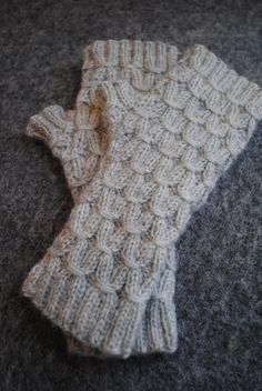 Muffedisser i smock. Fingerless Mittens, Knit Mittens, Mitten Gloves, Knitting Projects, Knitting Patterns, Crochet Patterns, Tunisian Crochet, Knit Crochet, Textiles