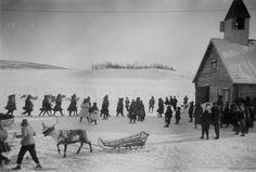People outside the chruch in Kautokeino, Norway. Folk utenfor kirken.  Olbmot ja vuojan girku olggobealde | by saamiblog