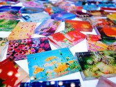 蜷川実花 「蜷川実花展 ―地上の花、天上の色―」(2008年、東京オペラシティアートギャラリー)。「floating yesterday」という旅の風景をテーマにしたフロアにたくさん並べられていた、35mmフィルム1コマ位の大きさの写真が素敵でした。