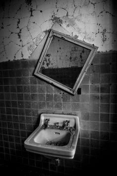 Distort; Northam Manor Psychiatric Hospital © opacity.us