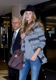 la modella mafia Rosie Huntington Whiteley model off duty boho chic airport style 1
