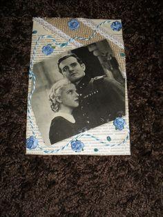 Syntymäpäiväkortti 65 v. pariskunnalle. Kortti tehty vanhan kirjan kannen päälle vanhalla kirjansivulla koristeltuna, nauhaa, ruusuja, glitteriä. Ja iki-ihanat elokuvatähdet Ansa Ikonen ja Tauno Palo.