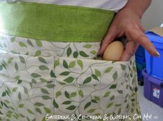 Raising chickens on your homestead means you can collect lots of eggs. This is not hard to do if you make yourself an egg gathering apron from a pillowcase. Fresh Chicken, Chicken Eggs, Farm Chicken, Chicken Coops, Chicken Crafts, Chicken Houses, Sewing Hacks, Sewing Crafts, Sewing Projects