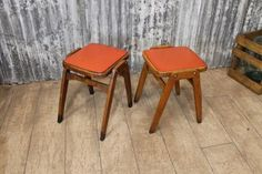 Black Seat Pads, Wooden Stools, Vintage Fashion, Vintage Style, Dining Room Chairs, Bar Stools, Restaurant, Antiques, Classic