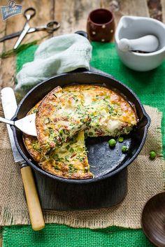 Green pea frittata (in Polish) Healthy Breakfast Recipes, Brunch Recipes, Breakfast Ideas, Frittata, Food And Drink, Cooking Recipes, Polish Breakfast, Favorite Recipes, Meals