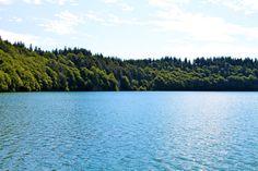 Lac Pavin - Département du Puy-de-Dôme - www.auvergne.fr Belle Photo, River, Mountains, Photos, Nature, Landscapes, Outdoor, Auvergne, Paisajes