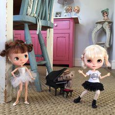 """Sock it to me Ted, and play us some jazz!"" #vainilladolly  #simonealbergaria  #ballerina  #jazz #teddybears  #dewdropteddybears  #dance #piano  #babycatfacedollies  #thestrokes  #kawaii  #blythedolls  #dollphotography"