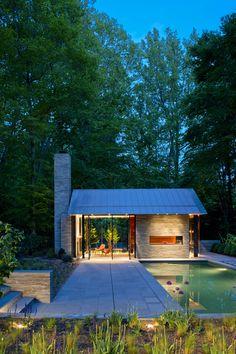 Стеклянный павильон и бассейн в лесу