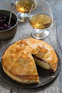 Camembert in bladerdeeg – recept / camembert in puff pastry - recipe Appetizer Recipes, Snack Recipes, Snacks, Appetizers, Tapas, Vegetarian Recepies, Puff Pastry Recipes, Happy Foods, Special Recipes