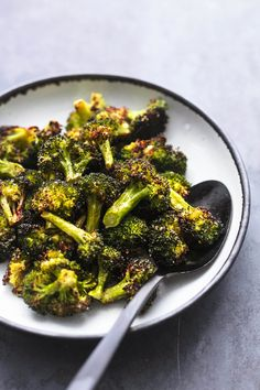 Easy, healthy and ultra-tasty oven Roasted Broccoli makes a quick and simple side dish recipe the whole family will crave. Easy Broccoli Recipes, Roasted Broccoli Recipe, Easy Vegetable Recipes, Fresh Broccoli, Vegetable Sides, Healthy Recipes, Healthy Meals, Keto Recipes, Healthy Side Dishes