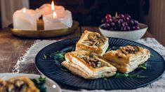 Små butterdeigterter med pærer og blåmuggost