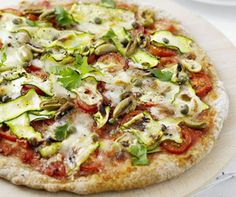 pizza with zucchini, capers and green olives Bbc Good Food Recipes, Pizza Recipes, Healthy Dinner Recipes, Cooking Recipes, Healthy Pizza, Healthy Snacks, Healthy Eating, Zucchini, Food Videos
