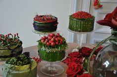 Floral arrangement, red, Leaf Flowers, Table Flowers, Diy Flowers, Flower Centerpieces, Flower Decorations, Table Decorations, Floral Cake, Arte Floral, Fresh Flower Cake