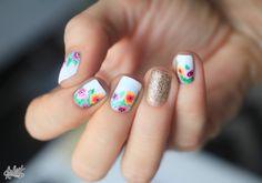 Flowers nail art by Pshiiit