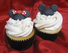 Mickey and Minnie cupcakes Oreo Cupcakes, Baking Cupcakes, Yummy Cupcakes, Cupcake Cakes, Birthday Cupcakes, Minnie Mouse Cupcake Toppers, Mickey Mouse Cupcakes, Mickey Ears, Disney Inspired Food