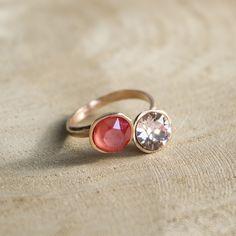 Trendy cuff ring met twee Swarovksi stenen. Een echte eye-cacher. Stijlvol en persoonlijk, in verschillende kleurencombinaties Swarovski stenen te verkrijgen, de armband goud of rose goud. De ring is nikkelvrij en gemakkelijk verstelbaar, dus hij past om iedere vinger.  Ook heel mooi als set met de bijpassende armband!
