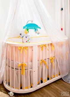 O berço escalado foi o versátil Crescer, da Sleeper (Baby Dreams , R$ 1209). Nos três primeiros meses do bebê, ele é redondo, compondo um ninho para o recém-nascido. Depois, recebe grades centrais e se torna oval, como nas fotos. Mais adiante, se transformará em minicama e, por fim, pode ser remontado como duas poltronas infantis.