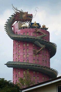 dans la province de Nakhon Pathom il ya un bâtiment de 17 étages ou culmine un dragon géant grimpant sur le toit. La tête est en haut, où se...