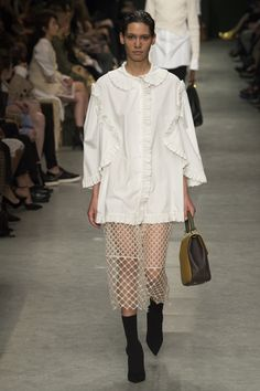 See the complete Burberry Spring 2017 Ready-to-Wear collection.