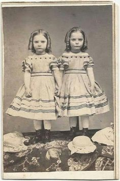 This site exists to discredit the idea of the Victorian standing post mortem photo. Post mortem photos do exist, but none of them are stand alone. Post Mortem Photography, Old Photography, Portrait Photography, Wedding Photography, Vintage Children Photos, Vintage Pictures, Vintage Images, Historical Women, Historical Photos