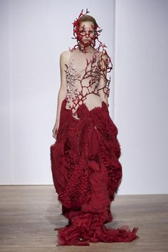 Coral met couture at Yiqing Yin. Discover all the looks from the haute couture Fall/Winter collection. Style Haute Couture, Couture Fashion, Fashion Art, Runway Fashion, High Fashion, Fashion Show, Womens Fashion, Fashion Design, Paris Fashion