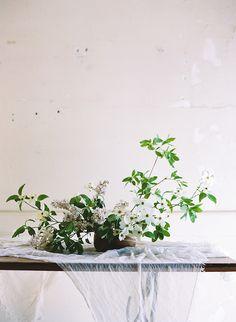 Fresh and minimalist spring wedding inspiration I Florals: STUDIO MONDINE Studio Mondine I Josh Gruetzmacher Photography