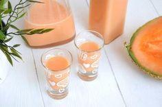 Il meloncello è una crema di liquore al melone tipica del sud Italia: profumato, fresco e cremoso, il meloncello di solito viene servito ben freddo a fine Melon Recipes, Wine Recipes, Christmas Drinks, Holiday Drinks, Vodka, Cocktail Juice, Smoothies, Beautiful Fruits, Incredible Edibles