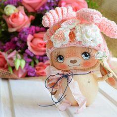 Мамочка, я тебе тоже цветочек подарю. #текстильнаякукла #кукларучнойработы #куклаизткани #арт#творчество #зайка #плюшики #цветы#мастеркрафт
