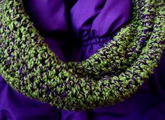 páraný zelený sveter a fialová bavlnka