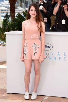 Mackenzie Foy en un look de jumpsuit estampado, para el photocall de 'The Little Prince' durante Cannes 2015.- GettyImages
