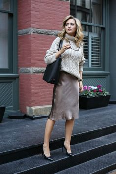 How to wear: beige knit wool turtleneck, brown pencil skirt, black leather pumps Nyc Fashion, Office Fashion, Work Fashion, Autumn Fashion, Womens Fashion, Fashion Trends, Look Office, Office Wear, Casual Office