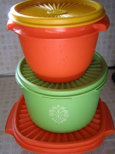 Tupperware came in bright colors! My mom sold Tupperware in the mid and still has some pieces that are in great shape. My Childhood Memories, Sweet Memories, 1970s Childhood, Nostalgia, 1000 Awesome Things, Retro, Vintage Tupperware, Tupperware Bowls, Vintage Kitchenware