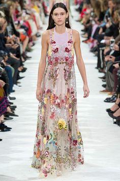 The complete Valentino Spring 2018 Ready-to-Wear fashion show now on Vogue Runway. Fashion Week Paris, Fashion 2018, Runway Fashion, Fashion Outfits, Fashion Ideas, Fashion Quotes, Fashion Details, Hijab Fashion, Fashion Fashion