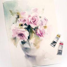 """Я люблю рисовать букеты общими массами, мыслить пятнами и проявлять характер акварели. Иногда увлекаюсь деталями излишне, но в этот раз мне удалось """"не залипнуть"""" 😊 Жду Вас на мастер-класс по цветам 30 июля в @kalachevaschool 🌷  #polinaishkanova#watercolor #flowers #kalachevaschool"""