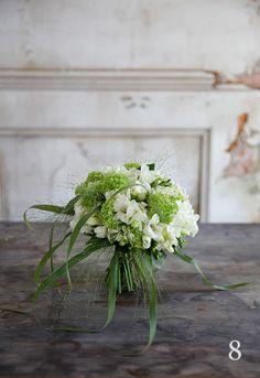 Миниатюрный букет для подружки невесты из фрезии и вибурнума.