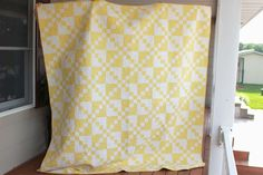 Pick More Awesome Layer Cakes 2 Color Quilt Patterns Ideas. Yellow Quilts, Yellow Fabric, White Quilts, Garden Projects, Diy Projects, Layer Cake Quilts, Layer Cakes, Two Color Quilts, Quilting Tutorials