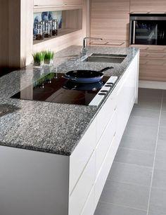 Polierte Natursteinarbeitsplatten von Strasser Steine - dem österreichischen Marktführer im Bereich der Küchenarbeitsplatten.