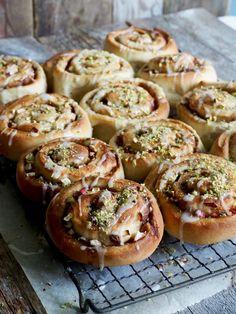Deilige, myke eplesnurrer fylt med epler, nøtter og krydder. Lag de, spis de med det samme eller frys de til en annen anledning. Oppskriften finner du her på bloggen Mat på bordet. Bagel, Doughnut, Baked Potato, Muffins, Potatoes, Bread, Baking, Ethnic Recipes, Desserts