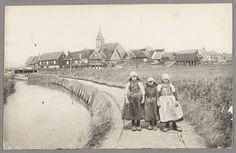 Drie kinderen in Marker dracht poseren op een weggetje naar de Kerkbuurt. 1915-1922 #NoordHolland #Marken
