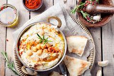 El hummus es una excelente botana con consistencia de dip, perfecta para disfrutarse en reuniones. Su valor alimenticio es altísimo, contiene mucha proteína. Es perfecta para niños, vegetarianos o cualquiera que quiera vivir una experiencia gourmet.