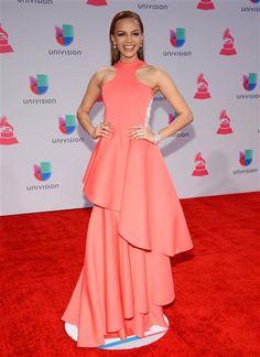 Leslie Grace eligió un vestido bastante moderno en color coral. Bella y muy a la moda.