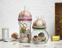 costureros en frascos de vidrio