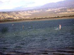 Windsurf en dique Cuesta del Viento. Rodeo, San Juan, Argentina. — en Rodeo, San Juan.