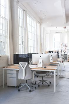 Visit: The Everlane Studio in San Francisco Custom made tables from Ohio Designs and the SAYL chair from Herman Miller in the Everlane office.Custom made tables from Ohio Designs and the SAYL chair from Herman Miller in the Everlane office. Corporate Office Design, Design Studio Office, Office Interior Design, Office Interiors, Office Designs, Corporate Business, Design Offices, Business Planning, Office Seating